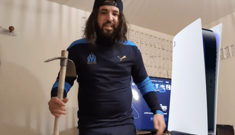 El YouTuber Mohamed Henni, enojado tras la derrota de OM, destroza su PS5 con un pico