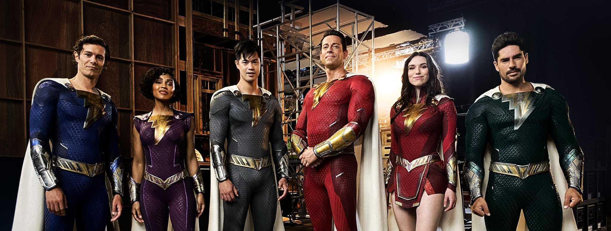Shazam 2: ¡Los superhéroes se revelan con sus nuevos disfraces!  (Foto)