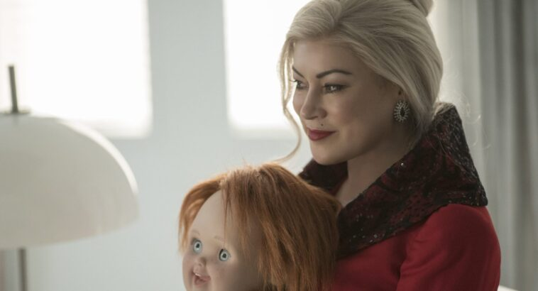 Chucky: Jennifer Tilly comparte imagen detrás de escena con muñeca demoníaca